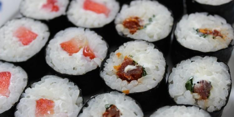 Sushi met zongedroogde tomaat