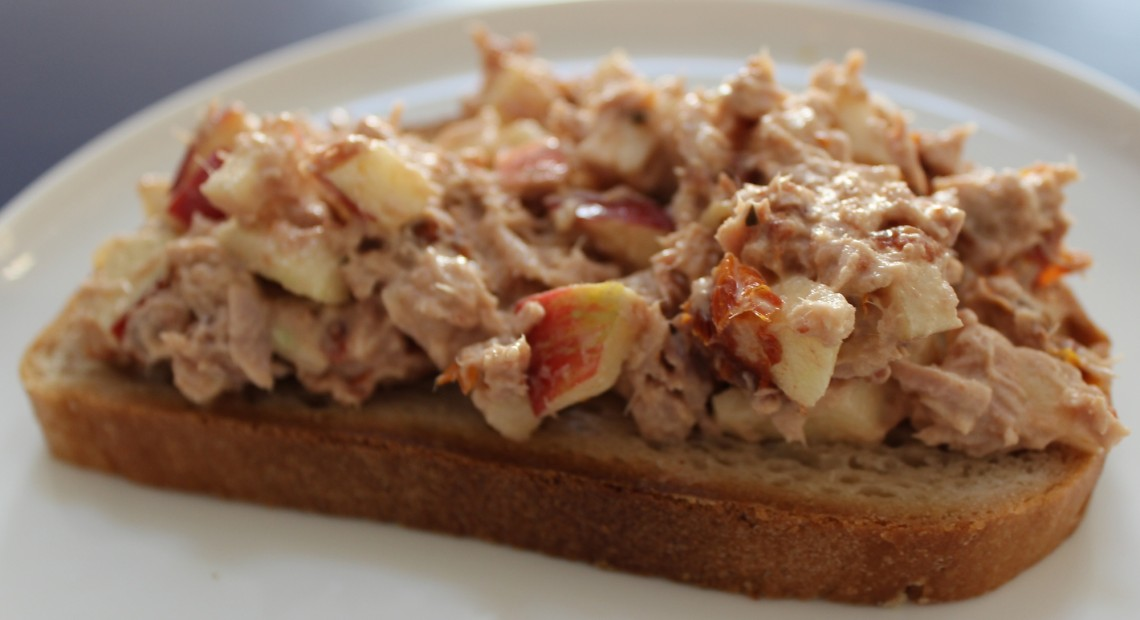 Tuna salad with apple